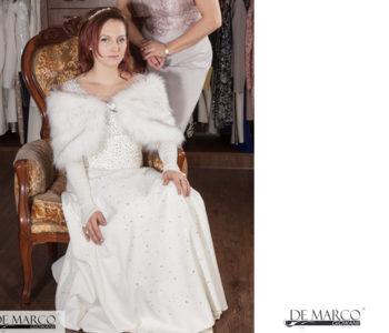 Jak ubrać się na wesele w zimie. Młoda Pani w ślubnej kreacji zimą. Czy jest zimowa ślubna sukienka?