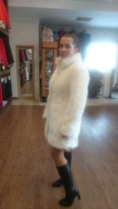 Futrany pałaszcz do sukienki na zimowe wesele