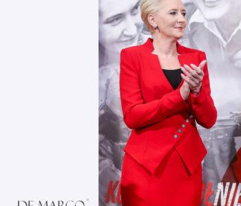 Czerwona garsonka z De Marco to kolejna stylizacja, w której wystąpiła elegancka Pani Agata Kornhauser-Duda.