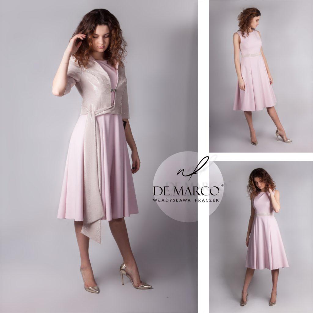 Elegancki komplet żakiet z sukienką na wesele w kolorze: róż pudrowy. Sukienka poszerzana do połowy łydki i błyszczący żakiet w zestawie to elegancka stylizacja dla mamy wesela.