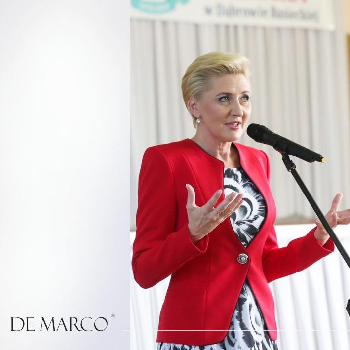 Ta projektantka spod Krakowa ubiera Pierwszą Damę w stylowe i eleganckie kreacje. Umów się na spotkanie 33 879 59 13. Szycie na miarę ekskluzywnej odzieży wizytowej, dyplomatycznej, biznesowej, weselnej i balowej.