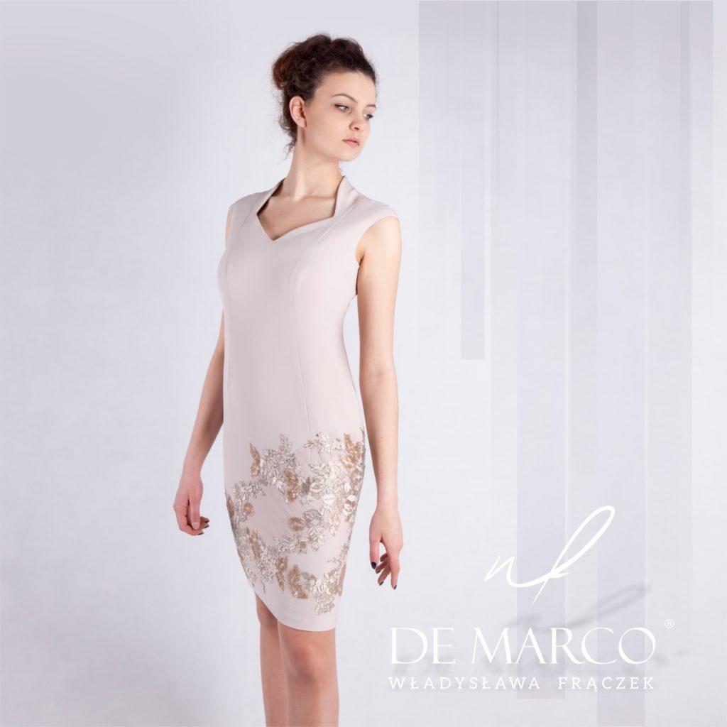 Beżowa ołówkowa sukienka na wesele z platynową koronką. Idealnie pasuje na ślub syna czy córki. Szykowna i  klasyczna kreacja dla mamy wesela szyta na miarę u projektantki mody z De Marco Frydrychowice.
