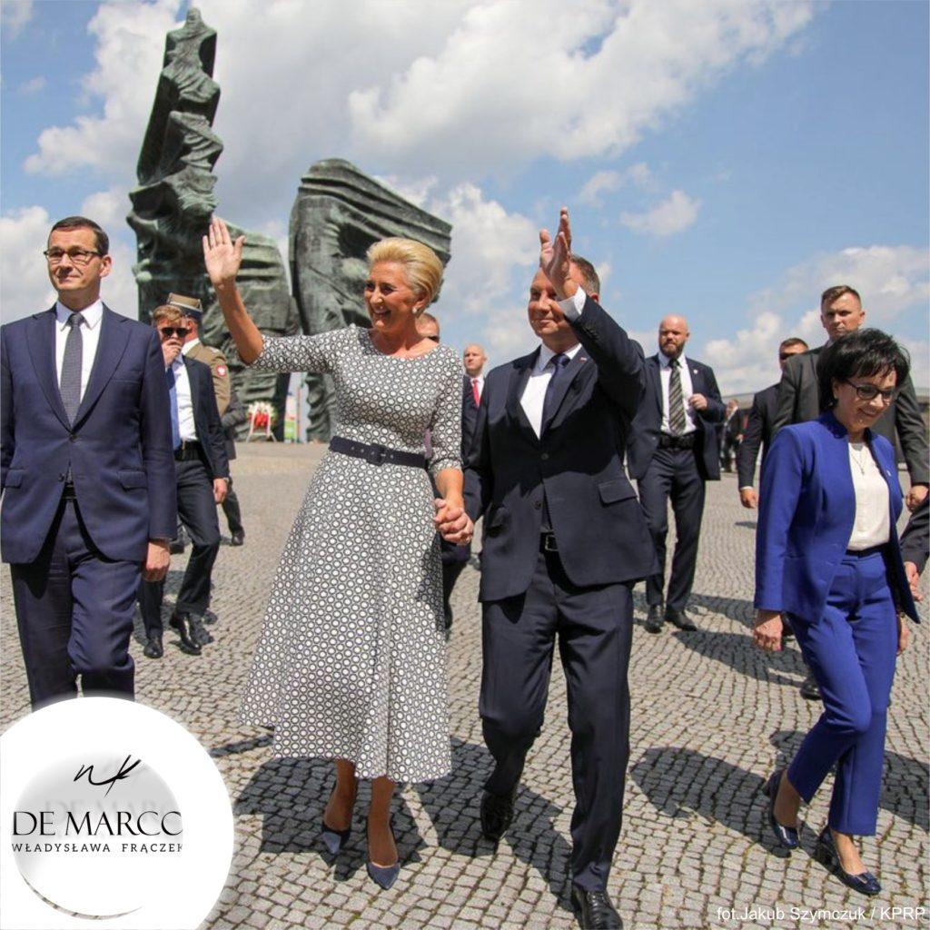 Najpiękniejsze stylizacje Agaty Dudy. De Marco Frydrychowice to tu ubiera się Pierwsza Dama. Mocno wcięta w talki sukienka w stylu retro. Sklep internetowy polskiej projektantki spod Krakowa.