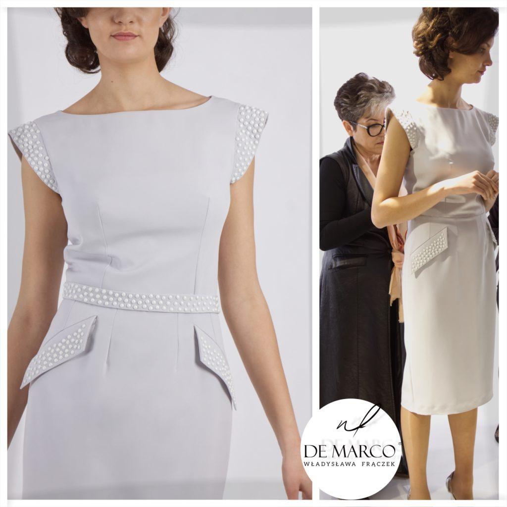 Szara, popielata, srebrna suknia na ślub syna. Kreacja z perłowymi aplikacjami w wizytowym stylu, szyta na miarę we Frydrychowicach. Sklep De Marco.