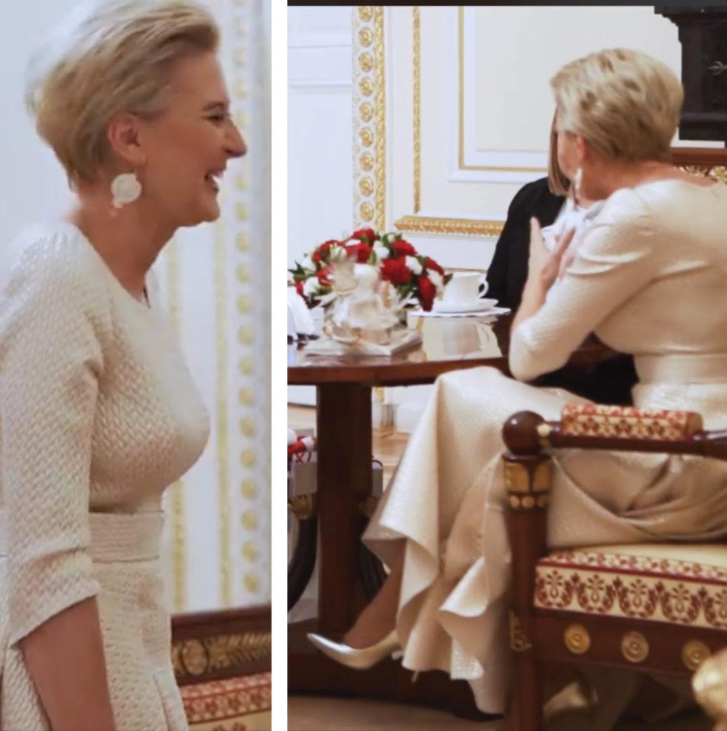 Podczas spodkania z parą prezydencką w pałacu. Styl pierwszej Damy Agaty Dudy to skromne ale bardzo kobiece realizacje. Sukienki do połowy łydki.