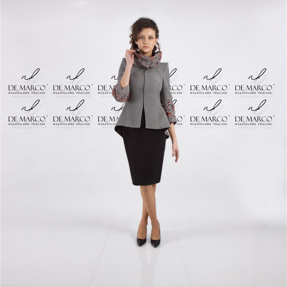 Krótki płaszczyk przejściowy od projektantki ekskluzywnej odzieży damskiej.