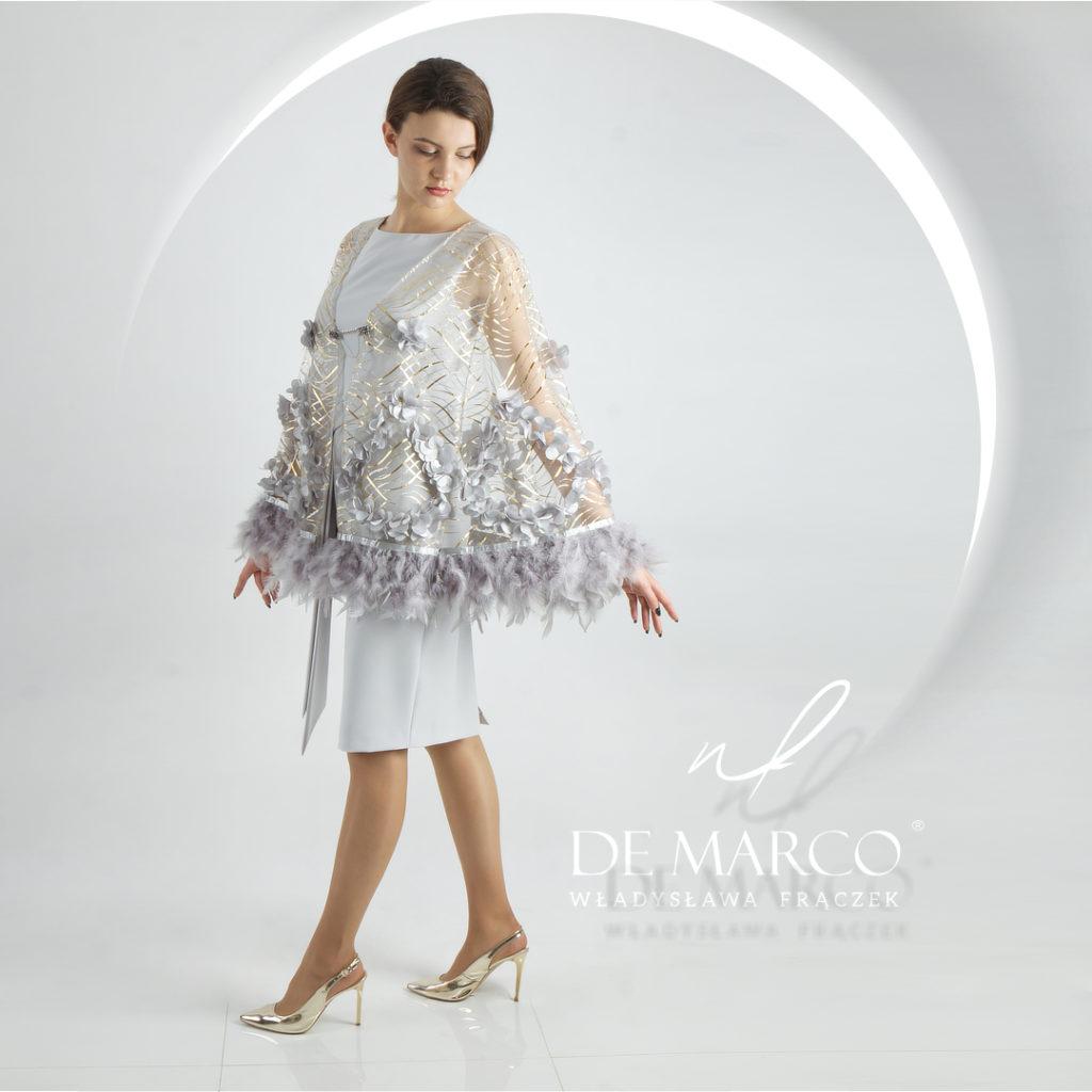 Ekskluzywna sukienka dla mamy wesela z bogato zdobionym etole w komplecie. Kreacja z piórami na wesele od projektantki ubrań Agaty Dudy.
